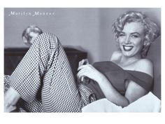 Marilyn Monroe has become an iconic pin-up girl, the ultimate sex goddess. Marilyn Monroe posters have found their way into our pop culture in a way that very few other posters have managed. Fotos Marilyn Monroe, Marilyn Monroe Poster, Divas, Norma Jeane, Old Hollywood, Hollywood Glamour, Classic Hollywood, American Actress, Movie Stars