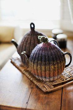 Ribbed Tea Cozy Knitting Pattern by Churchmouse Yarns and Teas Knitting Projects, Knitting Patterns, Crochet Patterns, Scarf Patterns, Knitting Tutorials, Ideas Paso A Paso, Tea Cozy, Crochet Geek, Crochet Granny
