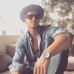 "Fabio Grangeon 法比歐 on Instagram: ""希望大家都有個愉快的一週。我剛下班,祝大家週末快樂。✌️ 我今天帶#klasse14 的錶。很獨特也很時髦。很喜歡。 現在大家只要在@KLASSE14 官網 www.KLASSE14.com 購買,結帳時輸入我的名字:fabio,就會得到12%折扣優惠。 #KLASSE14 #Ordinarilyunique #Volare"""