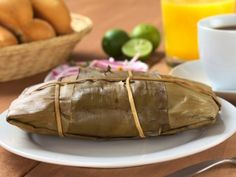 Oaxacan tamales are traditionally wrapped in banana leaves, try this recipe that tastes delicious and will transport you to this state with its delicious flavor. Real Mexican Food, Mexican Cooking, Mexican Food Recipes, Ethnic Recipes, Vegan Tamales, Honduran Recipes, Mexican Tamales, Colombian Food, Sushi