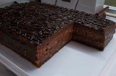 Sastojci Za koru: 100 g maslaca 100 g šećera u prahu 4 jajeta 130 g Menaž čokolade 1 kašika kakaoa 1 kesica vanilin šećera 70 g bra...