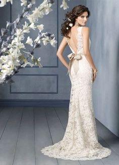 Impresionante vestido de novia de encaje de Alençon sobre Charmeuse color champan. Espalda en V y lazo champan a la cintura.