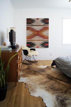 Dormitorio con piel de vaca y motivos navajos    #dormitorios #bedroom #relax