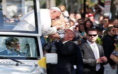 Enormes multitudes de fieles y seguidores le brindaron al papa Francisco una entusiasta recepción el miércoles en la capital de Estados Unidos