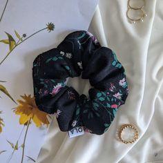 C'est le printemps et Tuzla sera le chouchou idéal pour accompagner vos tenues. Mettre des fleurs dans ces cheveux, c'est mettre un peu plus de couleur dans son quotidien ! Scrunchies, Wreaths, Halloween, Outfits, Spring, Hair, Flowers, Color, Door Wreaths