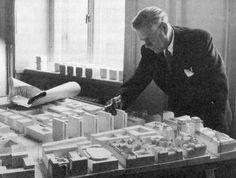 Stockholms stadsplanedirektör Sven Markelius omkring 1954 med en modell över Nedre Norrmalm och Hötorgscity.