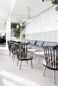 Dit kan natuurlijk ook thuis als eetkamer, en dan met een tafel van 70 cm hoog: bankje aan de muur en losse stoelen er tegenover. Rest The Standard   Copenhagen