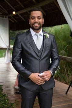 Casamento ao ar livre: terno da Só à Rigor