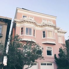 Big pink house in San Francisco. Photo from @juliahengel