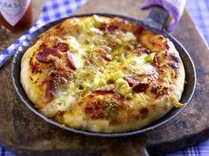 Pfannenpizza mit Salami Rezept: Mehl,Trockenhefe,Zucker,Salz,Olivenöl,Salami,Peperoni,Mozzarella,Gouda,&quotOregano&quot,Rosmarin