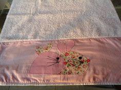 Jogo de toalha de banho grande e rosto, com aplicação de barrado em tecido 100% algodão, estampados motivo coelhinhas. Podem ser feitas outras variações de cores e outros temas.  Prazo para produção: 15 dias R$ 99,00