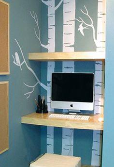 COIN BUREAU : zone de rangements. Créer des étagères ouvertes dans la colonne entre les 2 murs. Astuces déco : privilégier le blanc laqué et insérer 2 étagères de couleurs vives parmi les blanches. Originalité et personnalisation assurée ! ;-)