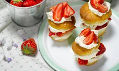 Lorraine Pascale's courting cupcakes... (Mini strawberries and cream cake)