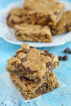 Healthy Peanut Butter Chocolate Chip Oatmeal Bars- Try subbing mashed banana to make healthier Oatmeal Bars Healthy, Oatmeal Cookie Bars, Peanut Butter Oatmeal Bars, Chocolate Chip Cookie Bars, Healthy Peanut Butter, Oatmeal Chocolate Chip Cookies, Chocolate Chips, Healthy Sweets, Healthy Baking