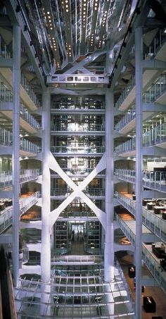 Atrium of the Hong Kong and Shanghai Banking Corporation Headquarters. / Norman Foster