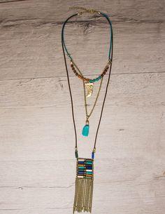 Boho Style Necklace Διπλό κολιέ σε Boho στυλ με χρυσές λεπτομέριες πολύχρωμες πέτρες και γαλάζια φουντίτσα στο κέντρο του. 11,00 €
