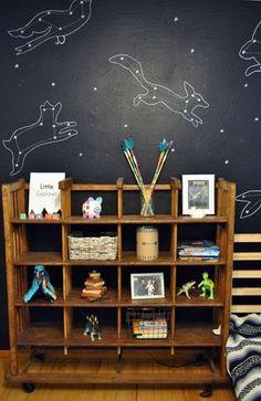 お子様と一緒に星座をたどりながら、お部屋の星たちを楽しめるお部屋です。壁紙のベースカラーが深い色なので、童話の世界から抜け出たような一角になっています。