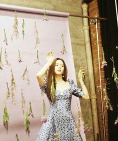Image may contain: 1 person, standing Blackpink Jisoo, Yg Entertainment, South Korean Girls, Korean Girl Groups, Rapper, Jennie Blackpink, The Most Beautiful Girl, Kpop Girls, Cool Girl