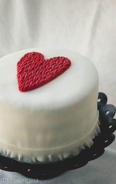LeivinLiina: Kudottu sydän -kakku Cake Cookies, Cupcake Cakes, Cupcakes, Sewing Cake, Royal Icing, Valentines Day, Desserts, Food, Fondant Cakes