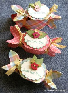 Not in English.But how cute are these bon bon holders? Made using the Envelope Punch Board. I can figure this out. Love the colors and the embellishments on these. Craft Box, Craft Sale, Envelope Punch Board Projects, Craft Packaging, Paper Purse, Envelope Box, How To Make Box, Pillow Box, Card Maker