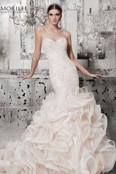 92b9d585a0 Lélegzetelállító sellő fazonú menyasszonyi ruha a Main by Morilee esküvő  ruha kollekciójából kristálydíszítésű hímzéssel, sűrű