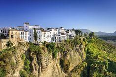 Ronda in Spanje Ronda op 750 meter hoogte wordt doormidden gesneden door een kloof gevormd door de Guadalevín rivier.