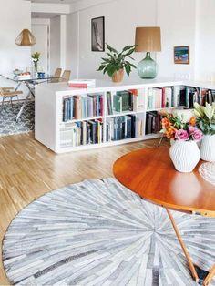 meuble séparation pièce étagère et belle table ronde en bois