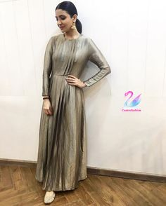 Vogue India spoke to Sharma's stylist, Allia al Rufai, on why Bollywood celebrity Anushka Sharma does fashion the way only a few can Indian Designer Outfits, Indian Outfits, Indian Dresses, Kurta Designs, Blouse Designs, Zardosi Work Blouse, Dress Paterns, Virat And Anushka, Grey Gown