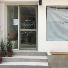 Coffee Shop Aesthetic, Cream Aesthetic, Aesthetic Colors, Aesthetic Pictures, Aesthetic Photo, Cafe Shop Design, Cafe Interior Design, Interior Garden, Decoration
