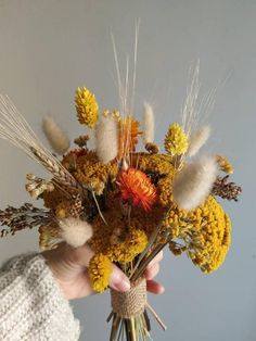 After we consider autumn marriage ceremony flowers, our ideas instantly flip to the visions of overgrown dahlias, ranunculus, anemones and … Fall Flowers, Yellow Flowers, Floral Flowers, Art Floral, Wedding Flowers, Dried Flower Bouquet, Dried Flowers, Bouquet Home Decor, Dried Flower Arrangements