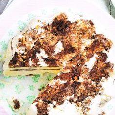 4 personen  - 150 g hazelnoten  - 50 g witte chocolade  - 50 g pure chocolade  - 240 ml slagroom  - 2-4 el hazelnootlikeur (Frangelico)  -...