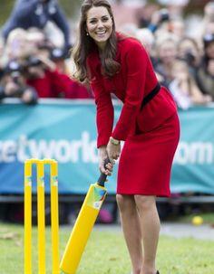 Toujours plus chic de jour en jour ! Hier, Kate Middleton, toujours en tournée royale en Nouvelle-Zélande avec le prince George et son mari le duc de Cambridge, a visité la ville de Christchurch. http://www.elle.fr/People/Style/Look-du-jour/Le-look-du-jour-Kate-Middleton-et-son-tailleur-rallonge-pour-la-reine-2698202