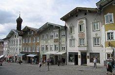 Marktstraße mit Zwiebelturm in Bad Tölz