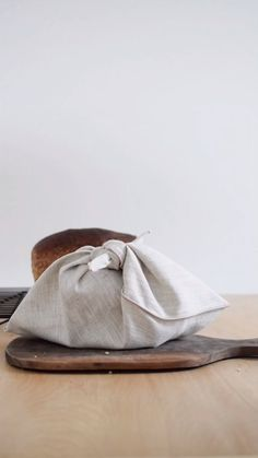 How to store fresh bread in linen pouch. Fresh bread likes to be stored in fabric, especially linen. It's breathable which means the air c Knitting Projects, Sewing Projects, Sewing Tutorials, Furoshiki, Bread Bags, Diy Sac, Linen Bag, Linen Fabric, Fresh Bread