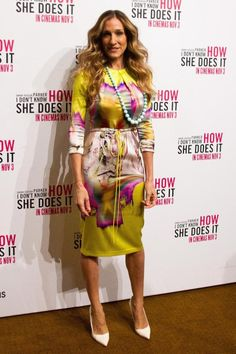 When promoting her latest movie, I Don't Know How She Does It, in the land down under in November fashion icon Sarah Jessica Parker wore a yellow psychedelic printed stretch charmeuse dress from Vera's Spring 2012 RTW Collection! Carrie Bradshaw Outfits, Carrie Bradshaw Style, Sarah Jessica Parker Lovely, Look Formal, Moda Chic, Swagg, Celebrity Style, Vogue, Style Inspiration
