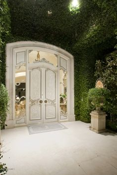 This is a STUNNING entrance, before you even get into the home. Wow.