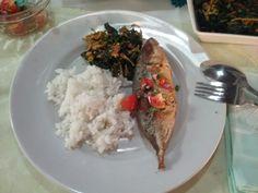 Makan siang ku, hari ini +ikan kembung dabu-dabu Sayur daun n bunga pepaya