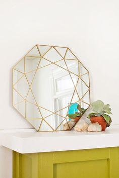 Pour faire passer ce week-end glacial, nous vous avons dégoter un nouveau DIY pour créer un miroir géométrique ! Créez une déco originale et hand made 😉