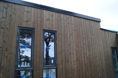 grå svart og malmfuru Exterior Cladding, Arch, Garage Doors, Windows, Outdoor Decor, Nature, House, Home Decor, Houses