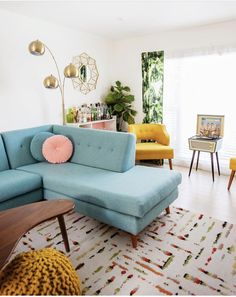 Comfortable And Modern Mid Century Living Room Design Ideas - TRENDUHOME. If it is your desire to design or decorate your living room or lounge area, then you can use ball … Mid Century Modern Living Room, Living Room Modern, Home Living Room, Living Room Designs, Retro Living Rooms, Mid Century Decor, Bright Living Room Decor, Mid Century Modern Rugs, Pastel Living Room