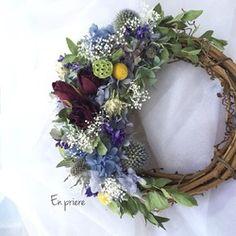 Wreath(リース)は森や野原に咲く小さなお花お庭でやさしく揺れるハーブたち秋の落ち葉にこっそり隠れてる木の実や小枝もいっしょに…くるくるとまるめてかわいいリースにしますリースには永遠という意味があります。遠い昔から人々は幸せな時間が永遠に ずっとずっと続くように祈り自然の恵みに感謝し 五穀豊穣と繁栄を願いお守りにリースを飾りました。En priere(アン プリエール)とは願い・祈りの中でという意味があります。心を込めて ひとつ ひとつリースをつくる小さなリース屋さんです手にとってくれた みなさんの幸せで優しい時間がいつまでも永遠に続くように願いを込めてhttp://www.facebook.com/enpriere.flowerhttps://instagram.com/enpriere_flowerフラワーアレンジメント講師草月流いけばな師範プリザーブドフラワー講師カラーアナリストフラワーアレンジメント・いけばな教室