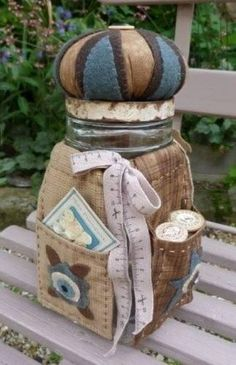 Sewing Cushions Sewing kit in a jar - pincushion topper too! Great gift for a Bride, or for YOU! Sewing Caddy, Sewing Box, Sewing Notions, Sewing Kits, Sewing Hacks, Sewing Crafts, Sewing Projects, Mason Jar Crafts, Mason Jars