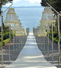 Aisle Statements For A Romantic White Wedding | Inspirations. At a minimum - it stands out.