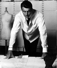 """La familia Taffin de Givenchy, que tiene sus raíces en Venecia, después fue ennoblecido. Contrariamente a lo que su familia quería, Givenchy no se convirtió en un abogado, y asistió a la Escuela de Bellas Artes de París y empezó en el mundo de la moda en las casas de Lucien Lelong, Piguet, Jacques Fath y Elsa Schiaparelli hasta que abrió su propia firma, la """"Casa de Modas Givenchy"""", desde ahí fue conocido publicamente solo como """"Hubert de Givenchy"""", con el apoyo del español Cristóbal…"""