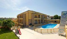 Ambiente familiare, piscina, verde e relax... tutto a Numana ad un passo dal mare.