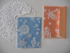 Snowflake cards from paper doilies. Christmas Cards To Make, Xmas Cards, Christmas Crafts, Christmas Paper, Diy Cards, Christmas Ideas, Snowflake Cards, Snowflakes, Weekend Crafts