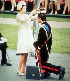 El príncipe Carlos es coronado príncipe de Gales por su madre la reina Isabel II del Reino Unido en la ceremonia de Coronación en el Castillo Caernarvon  el 1 de julio de 1969