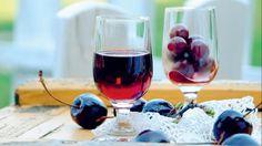 Sladký likér překvapivě snadno vyrobíte doma. Jak to, že vás to ještě nenapadlo? Nevadí, letos to napravíte. Red Wine, Vodka, Alcoholic Drinks, Rose, Glass, Alcohol, Pink, Drinkware, Corning Glass