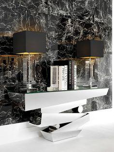 Одна из самых ярких новинок Eichholtz - консоль Miramar, у которой основание полностью выполнено из полированной нержавеющей стали, а столешница представляет собой прозрачную стеклянную поверхность. Идеальный выбор для тех, кто ищет что-то современной, оригинальное и вместе с тем невероятно изысканное.