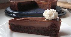 """Plná chuť čokolády, vlhký korpus a jemný krém. Takový je tento dort, kterému se přezdívá """"Čokoládová bomba"""" Ingredience Korpus 300 g tmavé čokolády 250 g másla 100 g vlašských ořechů 150 g polohrubé mouky 5 vajec 4 lžíce cukru krystal 1prášek do pečiva Krém 125 g tmavé čokolády 150 ml smetany na šlehání Postup Zapneme ..."""